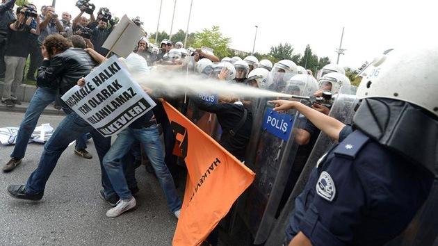 La Policía turca dispersa con gas lacrimógeno una manifestación pacifista junto al Parlamento