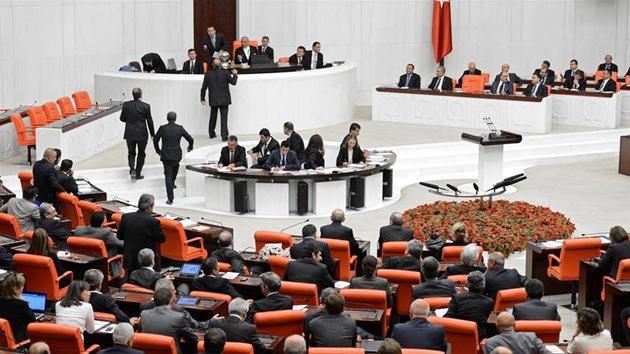 El Legislativo turco da luz verde a las operaciones militares contra Siria