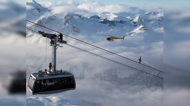 Récord Guinness: un suizo caminó a 3000 metros por cables sin seguro