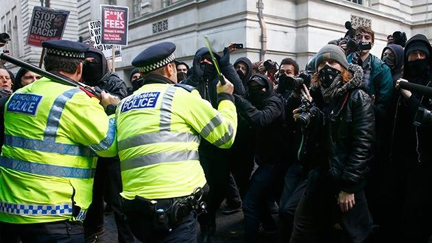 Video, fotos: Policía arremete contra estudiantes que protestan en Londres