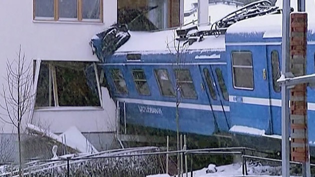 Video: Una mujer de la limpieza roba un tren en Suecia y lo estampa contra un edificio