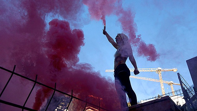 Video: FEMEN secuestra un cura en protesta por la visita del papa al Parlamento de la UE