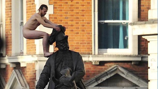 El exhibicionista de la estatua londinense es un indigente ucraniano