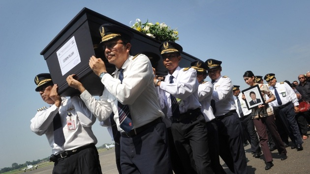 El factor humano, causa del siniestro del avión ruso Superjet-100 en Indonesia