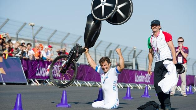 Expiloto de Fórmula 1 se convierte en campeón paralímpico de ciclismo