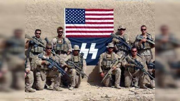 'Marines' de EE. UU. posan ante el símbolo de la SS nazi
