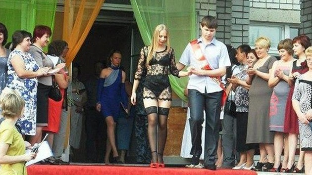 Fin de clases: alumna ucraniana se gradúa en paños menores