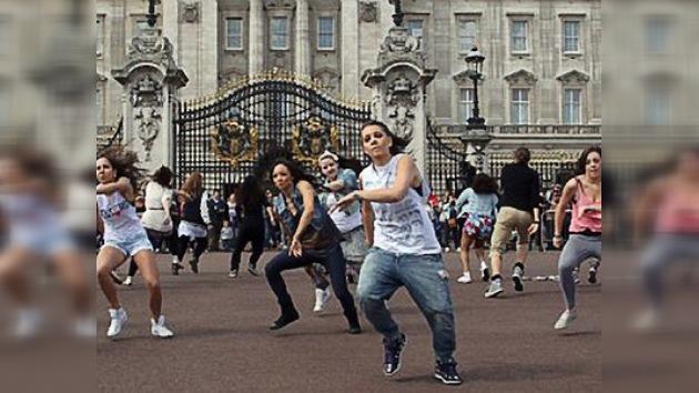 """Más de 100 jóvenes organizaron """"flashmob"""" en Londres en honor de la reciente boda real"""