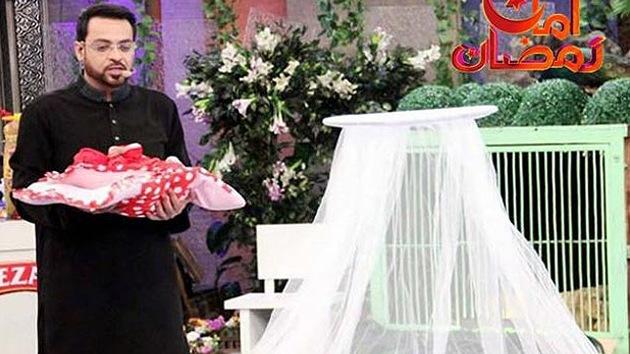 Un programa de la televisión paquistaní regala en directo a un bebé abandonado