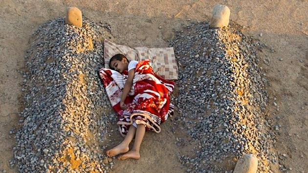 La foto del niño que dormía entre las tumbas de sus padres, ¿un montaje artístico?