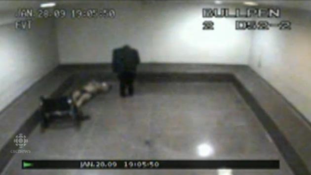 Vídeo: Un discapacitado es humillado por policías mientras yace en una celda