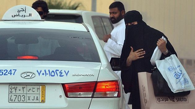 Condenan a prisión y latigazos a dos hombres en Arabia Saudita por ayudar a una mujer