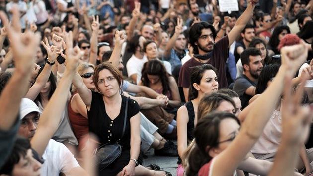 Turquía: Un tribunal tumba los planes de reformar la plaza Taksim
