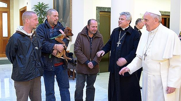 El papa Francisco se encuentra con cuatro vagabundos en el día de su 77º cumpleaños