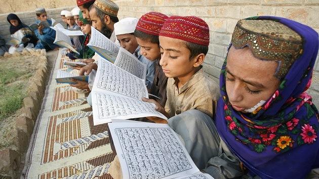 Un clérigo radical de Pakistán enseña las ideas de Bin Laden a miles de niños