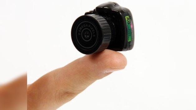 Una cámara réflex digital que cabe en la punta de un dedo pulgar