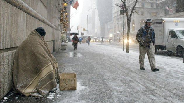 """El mendigo descalzo está agradecido """"desde el fondo del corazón"""" al policía neoyorquino"""