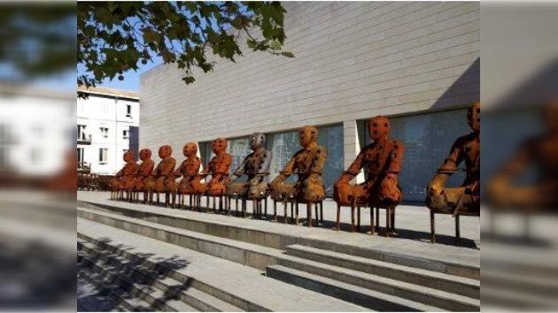 58 esculturas de hierro oxidado custodian los valores esenciales