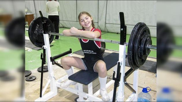 Record en levantamiento de potencia: una rusa de 12 años levanta 75 kilos en banco