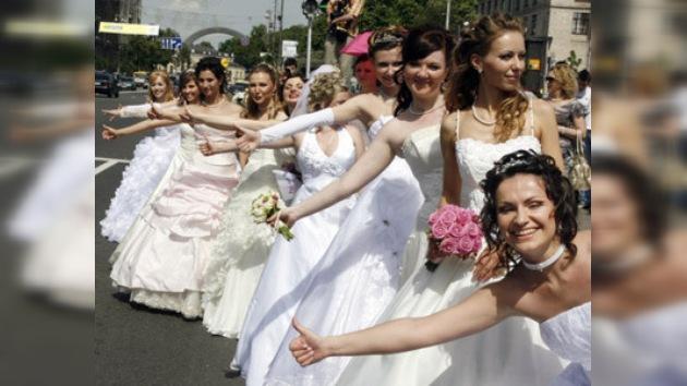 Desfile de novias en la ciudad letona de Júrmala
