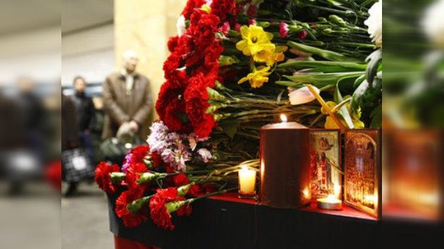 Moscú recuerda a los fallecidos en los atentados en el metro hace un año