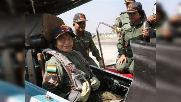 La presidenta de la India realizó un vuelo en un avión de combate ruso