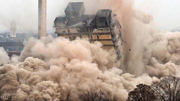 Video, Fotos: La mayor explosión controlada de un rascacielos en Alemania