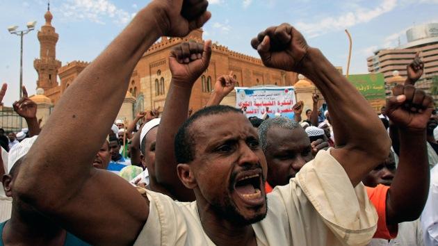 Sudán: La Policía abre fuego contra los manifestantes que atacan la embajada de EE.UU.