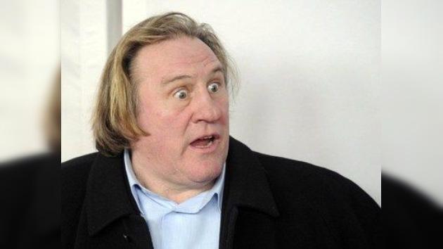 Orina como puedas: denuncian a Gerard Depardieu por mear a bordo de un avión