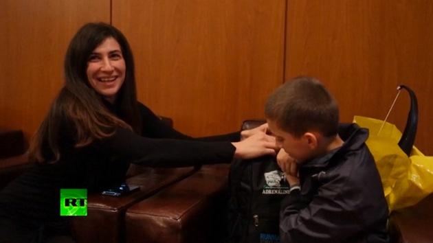 Niño kosovar vuelve con su madre tras pasar cinco meses en Siria con su padre yihadista