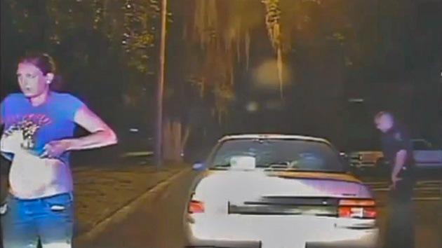 Video: Un policía obliga a una mujer a sacudirse el sostén por si ocultaba drogas