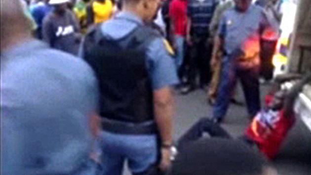 Sudáfrica: suspenden a policías por arrastrar a un hombre en una camioneta hasta matarlo