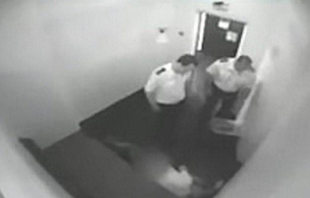 Condenan a dos policías por ver porno mientras un preso moría en la celda