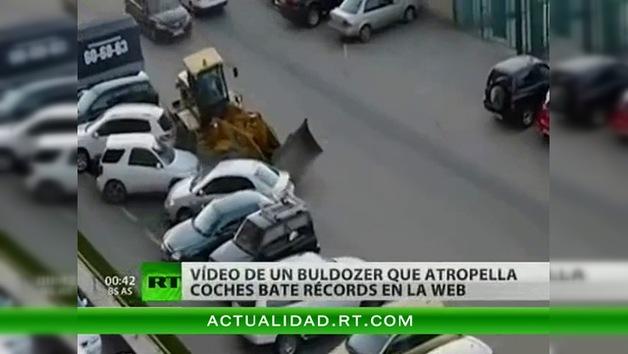 Un buldócer arrolla a varios coches en un aparcamiento
