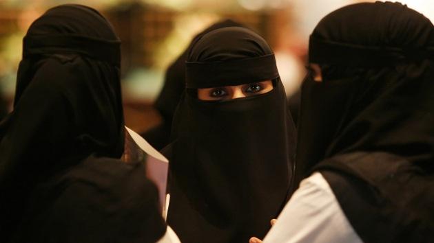 Mujer saudí regala a su marido una novia y un coche en compensación por su esterilidad