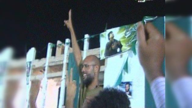 El hijo de Gaddafi, a quien daban por capturado, dice que su padre controla Trípoli