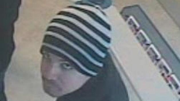 Video: La Policía busca a un hombre que robó un banco con una nota escrita a mano
