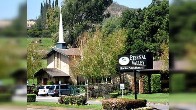 Roban al menos 113 floreros de bronce en un cementerio de Los Ángeles
