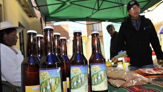 Combatir la altura con coca: comercializan en Bolivia cerveza de la hoja milenaria