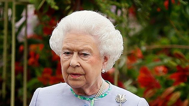 """""""¿Debería la reina Isabel II seguir el ejemplo de Juan Carlos?"""", se preguntan los británicos"""