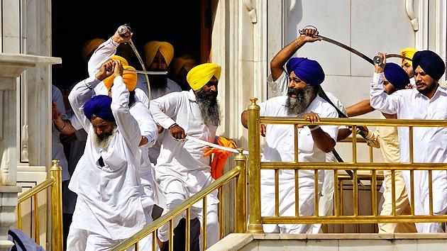 Fotos, video: 12 heridos en una batalla con espadas en un templo sij en la India