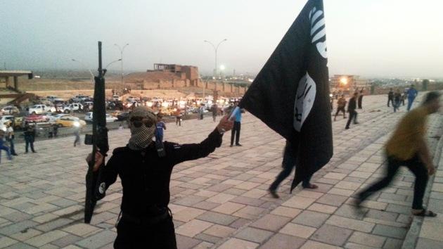 Video: Los yihadistas del EIIL ejecutan a sus rivales lanzándolos por un barranco
