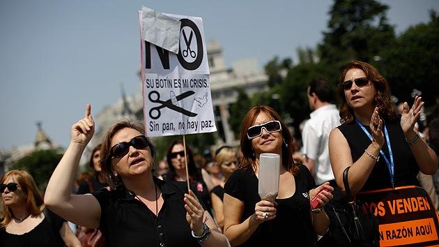 """21J: Españoles rodean el Parlamento en busca de """"pan, trabajo y techo"""""""