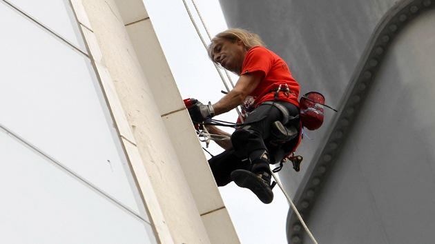Video: El 'hombre araña' sube al edificio de acero más alto del mundo