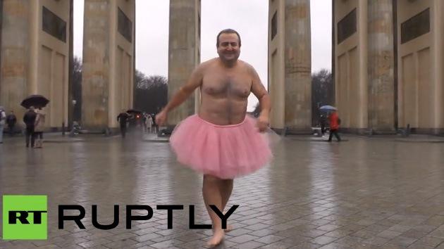 Fotos: Un hombre se fotografía en tutú rosa para que sonría su esposa enferma de cáncer