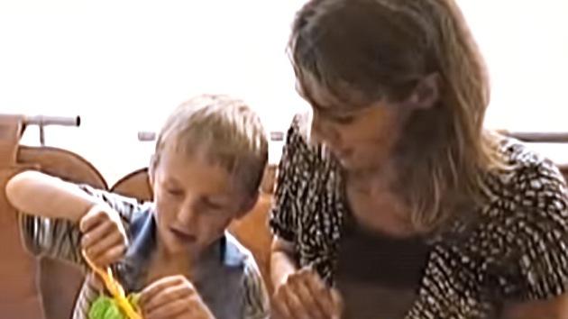 La madre estadounidense que devolvió a su hijo ruso adoptivo se niega a pagar la pensión alimenticia