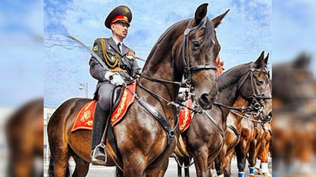 La Caballería de la Policía de Moscú muestra sus habilidades a los niños