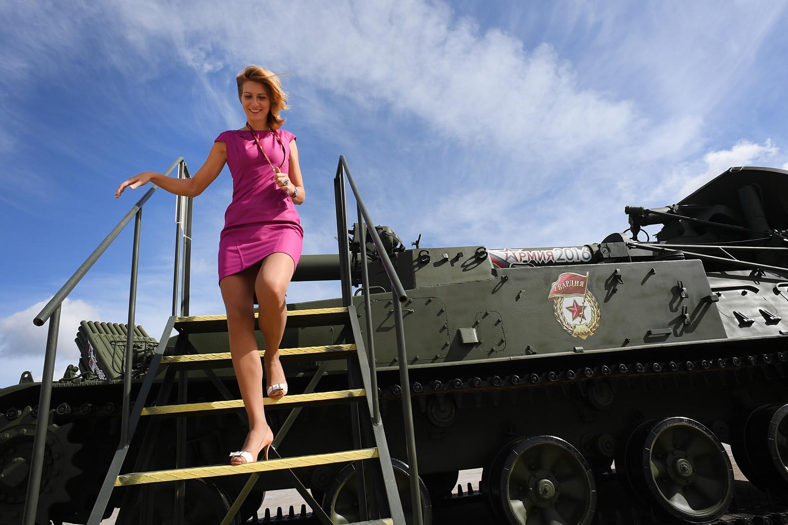 240-мм самоходный миномет 2С4 Тюльпан представлен в открытой экспозиции на Международном военно-техническом форуме «Армия-2016» в конгрессно-выставочном центре подмосковного Военно-патриотического парка культуры и отдыха Вооруженных сил РФ «Патриот».