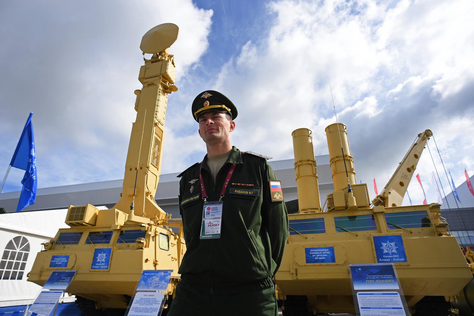Зенитная ракетная система «Антей-2500» представлена в открытой экспозиции на Международном военно-техническом форуме «Армия-2016» в конгрессно-выставочном центре подмосковного Военно-патриотического парка культуры и отдыха Вооруженных сил РФ «Патриот».
