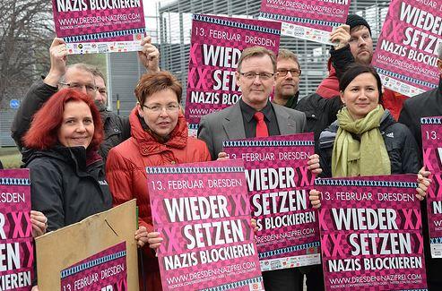 Bodo Ramelow beim Plakatieren für die Gegendemo Februar 2014 - Quelle: http://www.bodo-ramelow.de